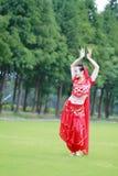 Ασιατικός κινεζικός χορευτής κοιλιών ομορφιάς που χορεύει στη χλόη Στοκ Φωτογραφίες