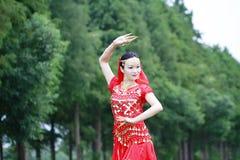 Ασιατικός κινεζικός χορευτής κοιλιών ομορφιάς που χορεύει στο δάσος Στοκ εικόνα με δικαίωμα ελεύθερης χρήσης