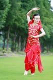 Ασιατικός κινεζικός χορευτής κοιλιών ομορφιάς που χορεύει στο χορτοτάπητα Στοκ φωτογραφία με δικαίωμα ελεύθερης χρήσης
