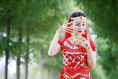 Ασιατικός κινεζικός χορευτής κοιλιών ομορφιάς στο κόκκινο φόρεμα με το πέπλο Στοκ φωτογραφίες με δικαίωμα ελεύθερης χρήσης