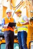 Ασιατικός μηχανικός με τη μηχανή κατασκευής Στοκ εικόνα με δικαίωμα ελεύθερης χρήσης