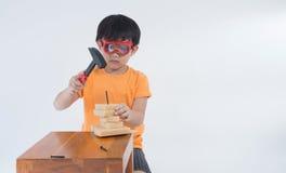 Ασιατικός μηχανικός παιχνιδιού αγοριών Στοκ εικόνα με δικαίωμα ελεύθερης χρήσης