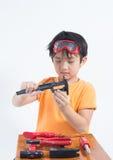 Ασιατικός μηχανικός παιχνιδιού αγοριών Στοκ Εικόνες