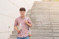 Ασιατικός νέος άνδρας σπουδαστής στην πανεπιστημιακή σχολή Στοκ Φωτογραφία