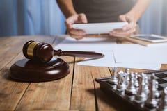 Ασιατικός νέος δικηγόρος που απασχολείται στα σκληρά έγγραφα χρηματοδότησης Στοκ Εικόνες