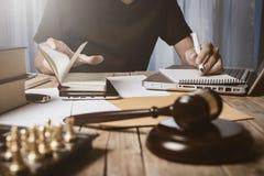 Ασιατικός νέος δικηγόρος που απασχολείται στα σκληρά έγγραφα χρηματοδότησης Στοκ Φωτογραφίες