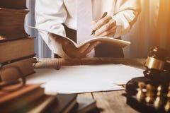 Ασιατικός νέος δικηγόρος στο εκλεκτής ποιότητας ιδιωτικό δικαστήριο Στοκ Εικόνα