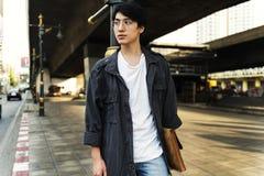Ασιατικός νέος τύπος που περπατά στον τρόπο ζωής μονοπατιών Στοκ Φωτογραφίες