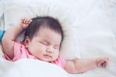 Ασιατικός νεογέννητος ύπνος κοριτσάκι Στοκ φωτογραφίες με δικαίωμα ελεύθερης χρήσης