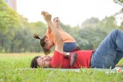 Ασιατικός πατέρας και η κόρη του που παίζουν από κοινού στοκ φωτογραφία με δικαίωμα ελεύθερης χρήσης