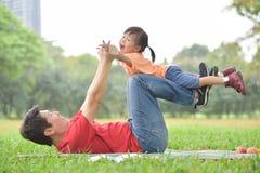 Ασιατικός πατέρας και η κόρη του που παίζουν από κοινού στοκ εικόνες με δικαίωμα ελεύθερης χρήσης