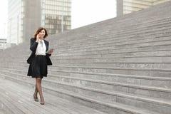 ασιατικός περίπατος επιχειρησιακών γυναικών εμφάνισης κατά μήκος της ομιλίας σκαλοπατιών Στοκ εικόνα με δικαίωμα ελεύθερης χρήσης