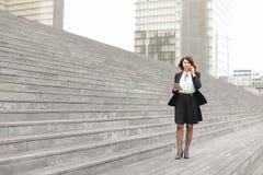ασιατικός περίπατος επιχειρησιακών γυναικών εμφάνισης κατά μήκος της ομιλίας σκαλοπατιών Στοκ φωτογραφία με δικαίωμα ελεύθερης χρήσης