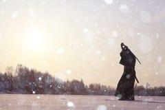 Ασιατικός πολεμιστής πολεμικών τεχνών στη χειμερινή κατάρτιση Στοκ Φωτογραφία