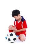 Ασιατικός ποδοσφαιριστής νεολαίας με τον πόνο στο πόδι σύνολο σωμάτων στοκ εικόνα με δικαίωμα ελεύθερης χρήσης