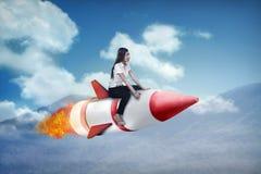 Ασιατικός πύραυλος γύρου επιχειρησιακών γυναικών πετώντας Στοκ φωτογραφία με δικαίωμα ελεύθερης χρήσης