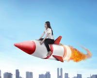Ασιατικός πύραυλος γύρου επιχειρησιακών γυναικών πετώντας Στοκ Εικόνες