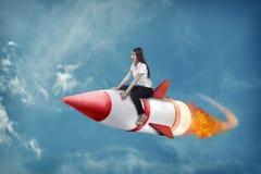 Ασιατικός πύραυλος γύρου επιχειρησιακών γυναικών πετώντας Στοκ εικόνα με δικαίωμα ελεύθερης χρήσης