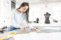 Ασιατικός ράφτης στο ατελιέ στοκ φωτογραφία με δικαίωμα ελεύθερης χρήσης