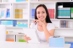 Ασιατικός σπουδαστής γυναικών ευχαριστημένος από το τηλέφωνο στοκ εικόνες