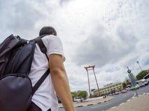 Ασιατικός ταξιδιώτης selfies με τη γιγαντιαία ταλάντευση, Μπανγκόκ, Ταϊλάνδη στοκ εικόνες