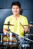 Ασιατικός τυμπανιστής μουσικών στο στούντιο καταγραφής Στοκ Φωτογραφία