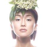 Ασιατικός τύπος κοριτσιών μόδας όμορφος με τη λεπτή φυσική σύνθεση και τα λουλούδια Πρόσωπο ομορφιάς Στοκ φωτογραφία με δικαίωμα ελεύθερης χρήσης