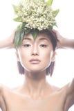 Ασιατικός τύπος κοριτσιών μόδας όμορφος με τη λεπτή φυσική σύνθεση και τα λουλούδια Πρόσωπο ομορφιάς Στοκ Φωτογραφία