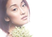 Ασιατικός τύπος κοριτσιών μόδας όμορφος με τη λεπτή φυσική σύνθεση και τα λουλούδια Πρόσωπο ομορφιάς Στοκ εικόνα με δικαίωμα ελεύθερης χρήσης