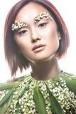 Ασιατικός τύπος κοριτσιών μόδας όμορφος με τη λεπτή φυσική σύνθεση και τα λουλούδια Πρόσωπο ομορφιάς Στοκ Εικόνες