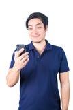 Ασιατικός τύπος με το κινητό τηλέφωνο που απομονώνεται υπό εξέταση στο άσπρο υπόβαθρο Στοκ φωτογραφία με δικαίωμα ελεύθερης χρήσης