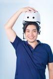 Ασιατικός τύπος με το κράνος και τα γάντια ποδηλάτων Στοκ εικόνες με δικαίωμα ελεύθερης χρήσης