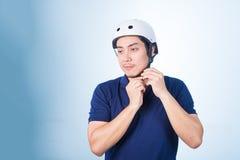 Ασιατικός τύπος με το κράνος και τα γάντια ποδηλάτων Στοκ Εικόνες