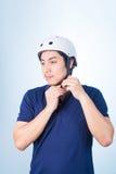 Ασιατικός τύπος με το κράνος και τα γάντια ποδηλάτων Στοκ Εικόνα