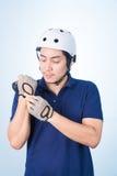 Ασιατικός τύπος με το κράνος και τα γάντια ποδηλάτων Στοκ φωτογραφία με δικαίωμα ελεύθερης χρήσης