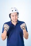 Ασιατικός τύπος με το κράνος και τα γάντια ποδηλάτων Στοκ Φωτογραφίες