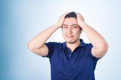 Ασιατικός τύπος που έχει τον πονοκέφαλο, ή λυπημένος, άρρωστοι Στοκ φωτογραφίες με δικαίωμα ελεύθερης χρήσης