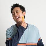 Ασιατικός τύπος που ξυρίζει τη γενειάδα του Στοκ Εικόνα