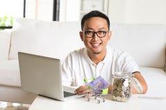 Ασιατικός τύπος που χρησιμοποιεί τον υπολογιστή Διαδικτύου Στοκ Φωτογραφία