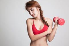 Ασιατικός υγιής αποκτημένος κορίτσι πόνος βραχιόνων με τον αλτήρα Στοκ φωτογραφία με δικαίωμα ελεύθερης χρήσης