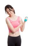 Ασιατικός υγιής αποκτημένος κορίτσι πόνος βραχιόνων με τον αλτήρα Στοκ εικόνα με δικαίωμα ελεύθερης χρήσης