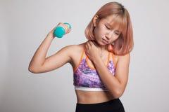 Ασιατικός υγιής αποκτημένος κορίτσι πόνος ώμων με τον αλτήρα Στοκ εικόνα με δικαίωμα ελεύθερης χρήσης