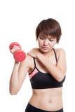 Ασιατικός υγιής αποκτημένος κορίτσι πόνος ώμων με τον αλτήρα Στοκ Εικόνα