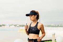 Ασιατικός φίλαθλος αθλητικός στηθόδεσμος ένδυσης γυναικών που τρέχει υπαίθρια κατά μήκος του ποταμού s στοκ εικόνες