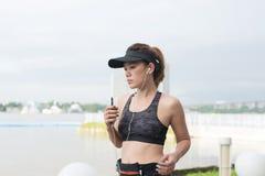 Ασιατικός φίλαθλος αθλητικός στηθόδεσμος ένδυσης γυναικών που τρέχει υπαίθρια κατά μήκος του ποταμού s στοκ εικόνα
