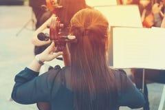 Ασιατικός φορέας βιολοντσέλων γυναικών σε μια ελεύθερη υπαίθρια συναυλία σε ένα δημόσιο π Στοκ Φωτογραφίες