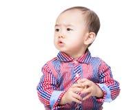 Ασιατικός φραγμός παιχνιδιών εκμετάλλευσης μωρών και κοίταγμα κατά μέρος Στοκ εικόνες με δικαίωμα ελεύθερης χρήσης