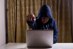 0 ασιατικός χάκερ που δείχνει το δάχτυλο τη κάμερα χαράσσοντας το netwo Στοκ Εικόνες