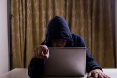 0 ασιατικός χάκερ που δείχνει το δάχτυλο το ακροατήριο χαράσσοντας καθαρός Στοκ Φωτογραφίες