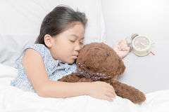 Ασιατικός χαριτωμένος ύπνος κοριτσιών με το ξυπνητήρι Στοκ φωτογραφίες με δικαίωμα ελεύθερης χρήσης